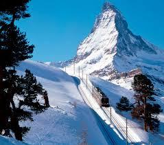 يمكن للسائح في زيرمات أن يستقل القطار الجليدي من زيرمات إلى سانت موريتز