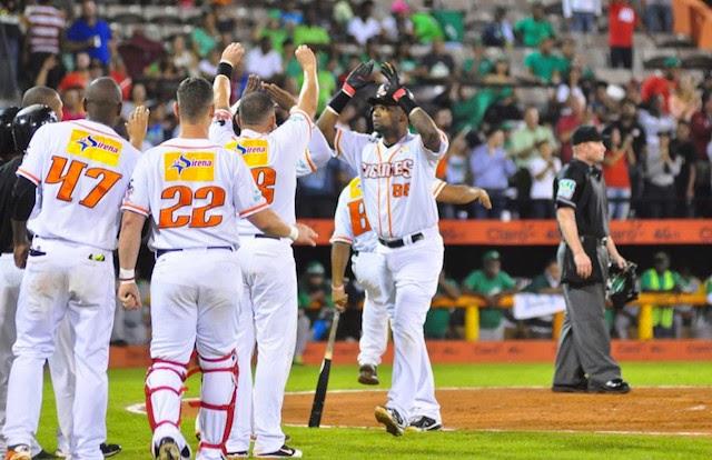 Los Gigantes del Cibao derrotaron anoche 5 por 3 a las Estrellas Orientales y empataron a dos la serie final.