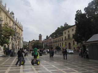 Plaza Nueva, Granada, desde aquí se ve la torre de la Alcazaba, de la Alhambra