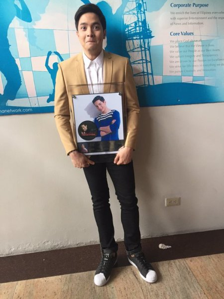Alden Richards receives double platinum award for Wish I May album