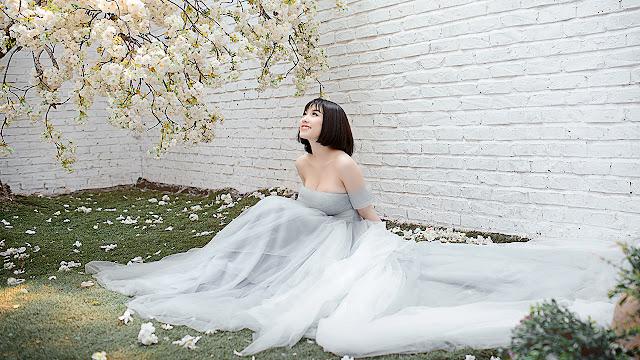 Trong trang phục váy cưới lộng lẫy, tinh khiết, hot girl Hà Thành dễ dàng làm tôn lên những đường cong trên cơ thể cùng vẻ đẹp mặn mà hiếm thấy.