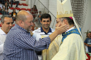 Vice-prefeito Márcio Catão cumprimenta o bispo Dom Gregório em celebração no Ginásio Pedrão