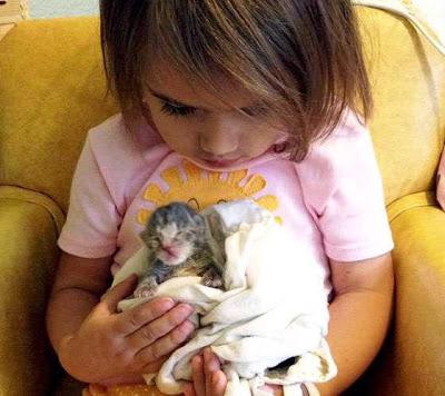 Foto anak bernama Isobel dan kucing kesayangannya, Squirrelly