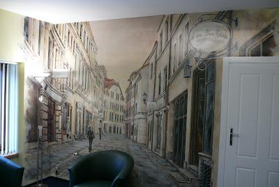 Artystyczne malowanie ściany, motyw wąskiej uliczki, Toruń ul. Szewska