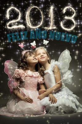 Niñas con letrero Feliz Año Nuevo 2013