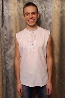 Вышиванка мужская без рукавов из белой рубашечной ткани.