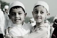 """Rasûlullah (s.a.v.) şöyle buyurmuştur: """"Birbirinizle ilgiyi kesmeyin, birbirinize sırt çevirmeyin, birbirinize kin beslemeyin, kıskanç olmayın, Allah'ın kulları kardeş olun. Müslümanın, Müslüman kardeşine üç günden fazla dargın durması helal değildir."""""""