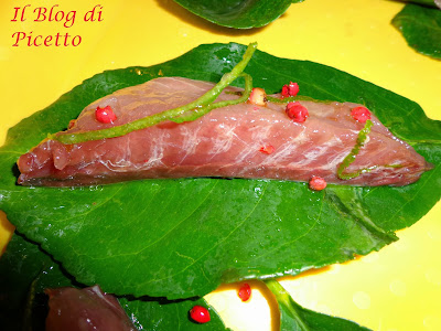 filetti di pesce su foglie di limone cotti su pietre di mare roventi ed acqua di mare