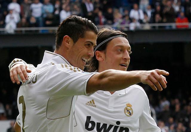 cristiano ronaldo masuk islam Cristiano-Ronaldo-Mesut-Ozil-Real-Madrid-07Nov11