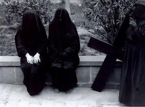 Semana Santa con 2 mujeres totalmente tapadas de negro
