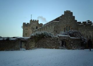 アトランティック・カレッジ (英国)冬景色 雪でデコレートされた校舎