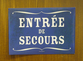 Entree de Secours - emergency entrance!