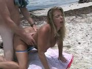 Loira fudendo na praia