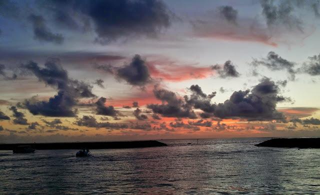Los colores de un atardecer maldivo