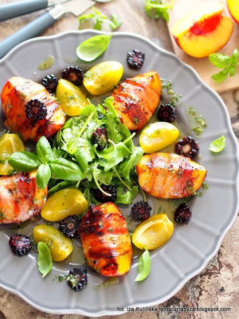 sałatka , brzoskwinie z grilla , boczek wędzony , sałata z owocami , z rusztu , grill , lunch , sos bazyliowy , bazylia , dressing ziołowy , dania na lato