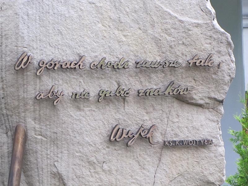 Węgierska Górka. Sentencja na obelisku ku czci Ojca Świętego Jana Pawła II.