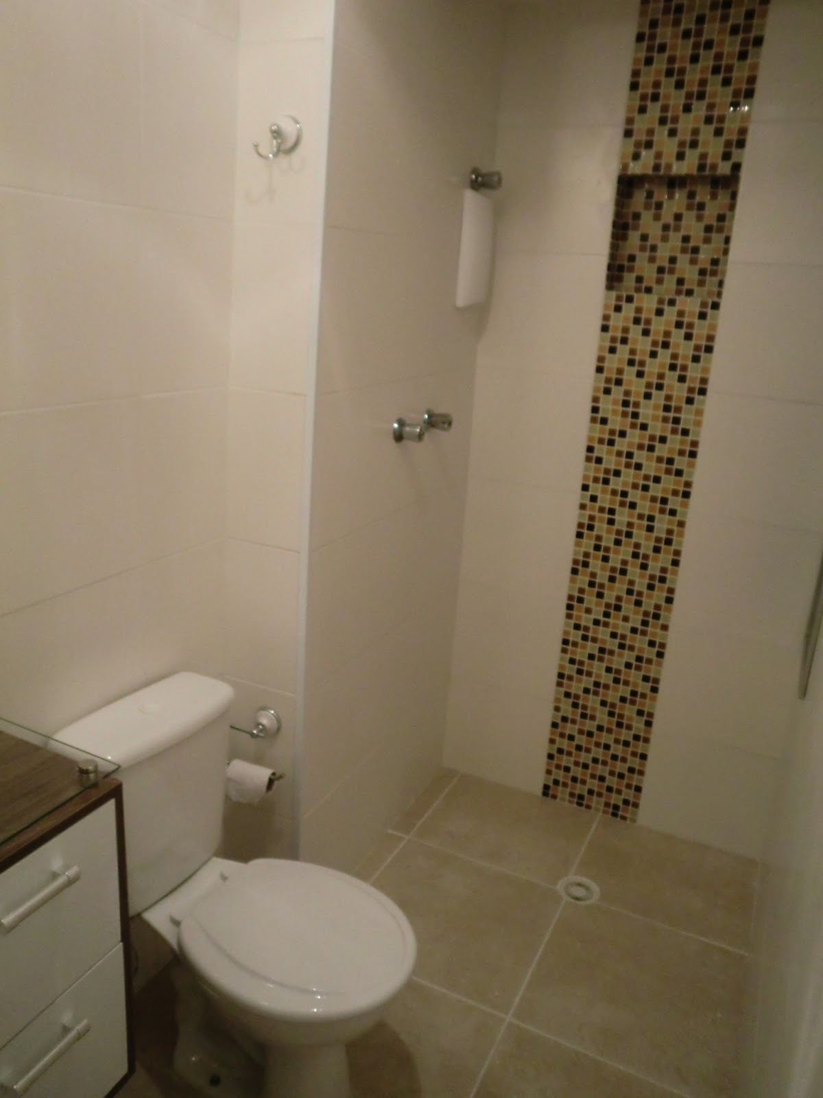 nicho de pastilhas de vidro dentro bo box do banheiro Casa e Reforma #392C19 1200x1600 Banheiro Branco E Marron