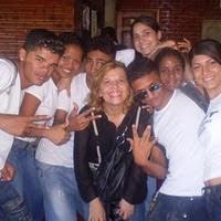 PROFESSORA mãeMiga com seus alunos(as): filhosMigos e fihasMigas