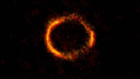 Descubren galaxia tras el anillo de Eistein.
