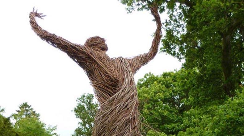 Una arremolinada figura de sauce resurge de las Tierras de Shambellie House en Escocia