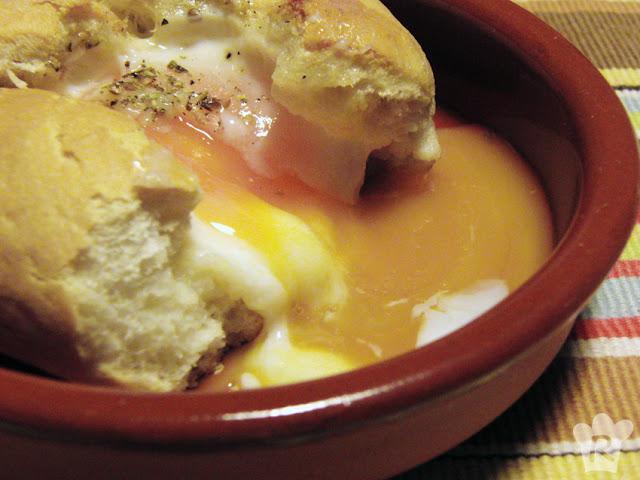 Mollete relleno de huevo, ajo asado y queso manchego
