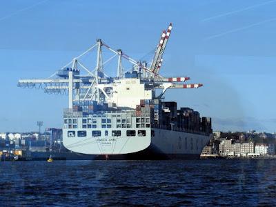 Überseeschiff beim Entladen im Hamburger Hafen