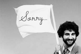 رسالة من رجل صريح إلى كل نساء العالم - رجل يحمل علم لافتة يافطة سورى اسف يتأسف - man carry sign word sorry say