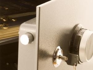 coffre fort ouvert avec une clé dans la serrure
