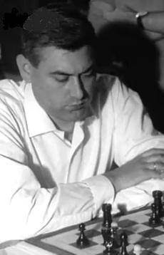 El ajedrecista Román Torán frente al tablero