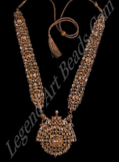 A gold necklace (hart with two side panels (path) set with large rose-cut diamonds epitomizes the delicate quality achieved in the closed set kundan style. The reverse, shown above, is delicately enamelled.