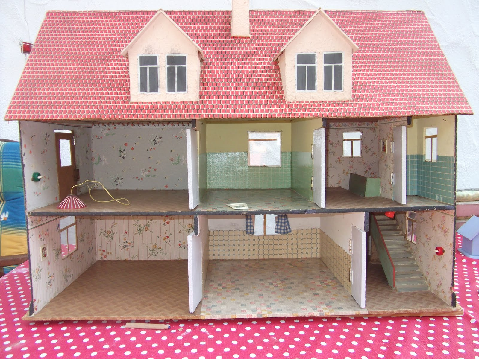 lillis puppenstube selbstgebautes puppenhaus aus den 50er jahren selfmade 50s dollhouse. Black Bedroom Furniture Sets. Home Design Ideas
