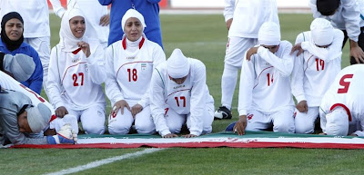http://3.bp.blogspot.com/-gSocsh8-5sI/Te2IrLbUsII/AAAAAAAAQdQ/DERmNIeQ5SI/s400/Iran-football-team-kicked-out-from-the-tournament.jpg