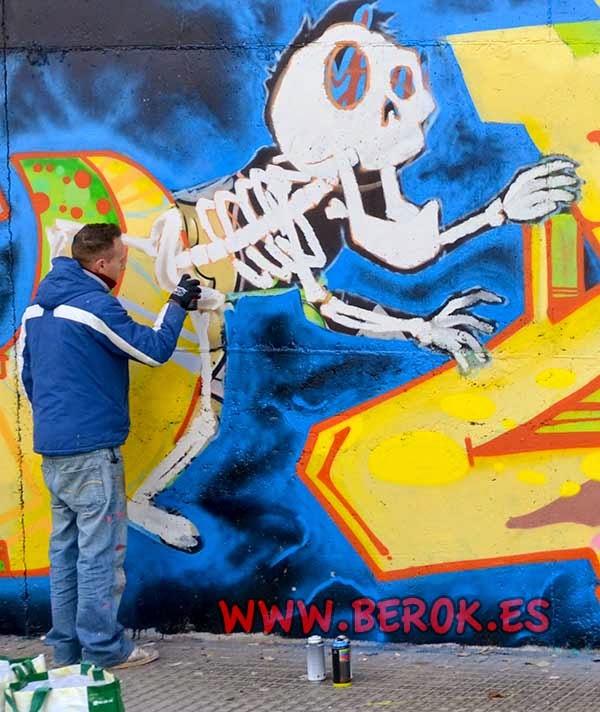 Jolich pintando un esqueleto