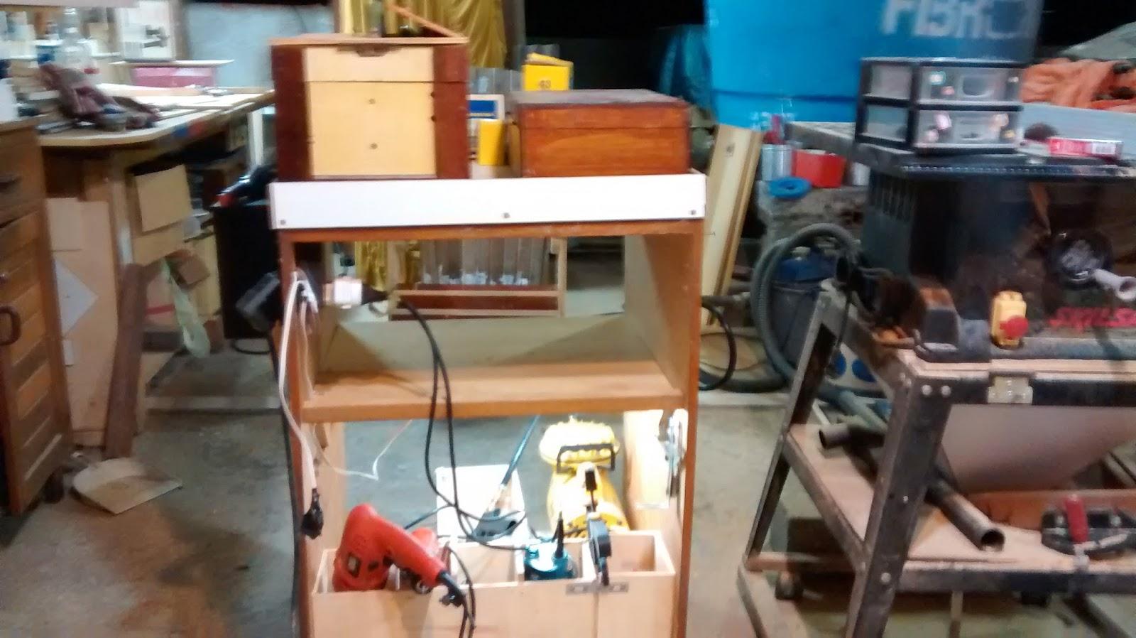 Pequenas caixas de madeira para guardar as máquinas portáteis de uso  #018ABF 1600x898