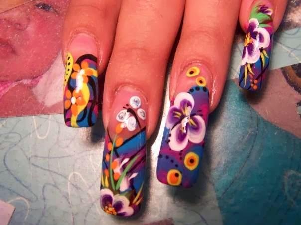 Uñas decoradas acrílicas largas con diseños con flores anaranjadas, violetas, blancas, mariposas blancas y violetas y otros diseños con colores amarillo,