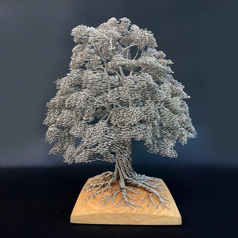 Artista convierte simples hilos de alambre en elaboradas esculturas de árboles