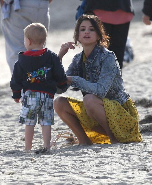 Main di Pantai, Celana Dalam Selena Gomez Ngintip