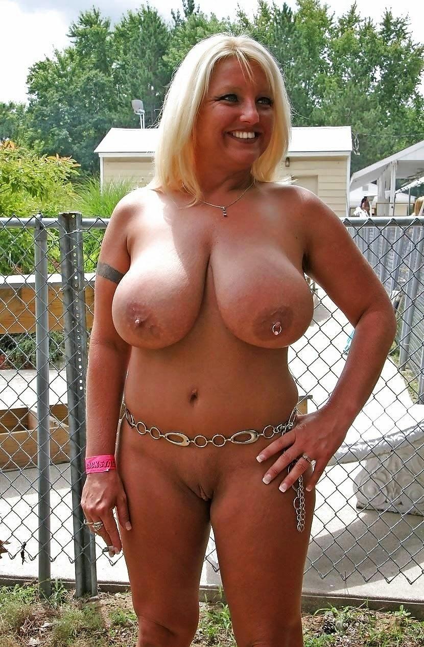 Nackte Tante mit großen Eutern