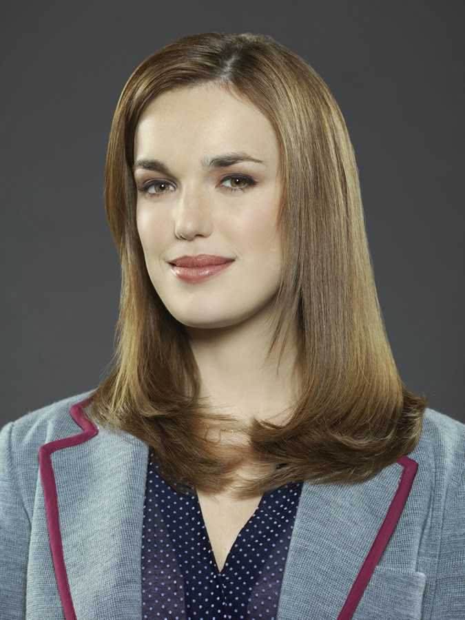 Elizabeth Henstridge es la Agente Jemma Simmons en Agentes de S.H.I.E.L.D.
