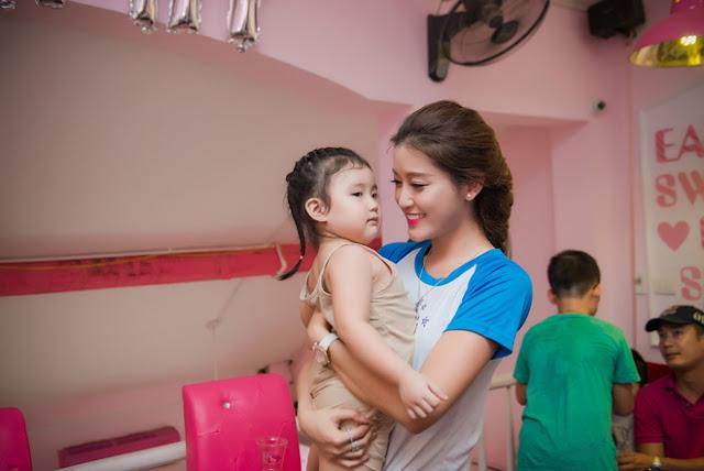 Á hậu Việt Nam 2014 thích thú khi chụp hình kỷ niệm cùng một fan nhí.