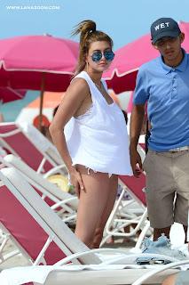 عارضة الأزياء هيلي بالدوين على شاطئ البحر في ميامي