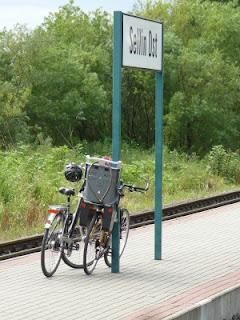 Fehlende Fahrradständer am Bahnsteig - oft fehlen direkt am Bahnsteig geeignete Abstellmöglichkeiten für die Fahrräder