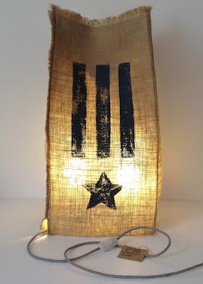 peint à la main - lampe KUB - design -lampe - deco - aix en provence - creation- fait main - made in france - luminaire - luminaires - à poser - à suspendre - lin- toile de jute - PcM - pcm - lampe de couleur - eco design - matières naturelles - matériaux recyclés - pièces uniques - petites séries - décoration - artisanat - baladeuse - lampe POM - cintre - bonbonne d'eau - recyclage - pom - cordon textile - lampe fruit - drapée - amidonné - amidon - textile - fibre végétale - rayures - bonbon – provence – cintres de pressing – brode – couds – couture – broder – souder – soude – dessin de modèles – créations – fabrication française – produits locaux – exposition – peinture à l'eau – tissu – lampe textile – cousu main – 100 % fait main – pascale marquier – modèle unique - lampe personnalisable - personnalisable – sac de lumière - H20 - lumineuse – sac II lumière – lumière – lumières - homologation – norme CE – homologuée -  lampe sac - housse lavable – lavable en machine -  luminaire Provence - provence - PROVENCE – pcmcréation – pcmcréations – pcm création – PCM CREATION - pcm créations – PCM CREATIONS - fait à la main – fabrication française – luminaires français – aix – aix en provence – luminaires PACA – luminaires bouches du Rhône – numéroté – lampe numérotée