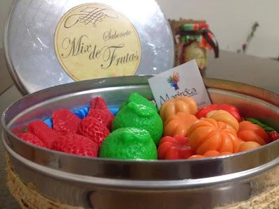 Lata com sabonetes artesanais mix de frutas