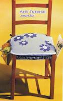 Cadeira com alfomada de flores