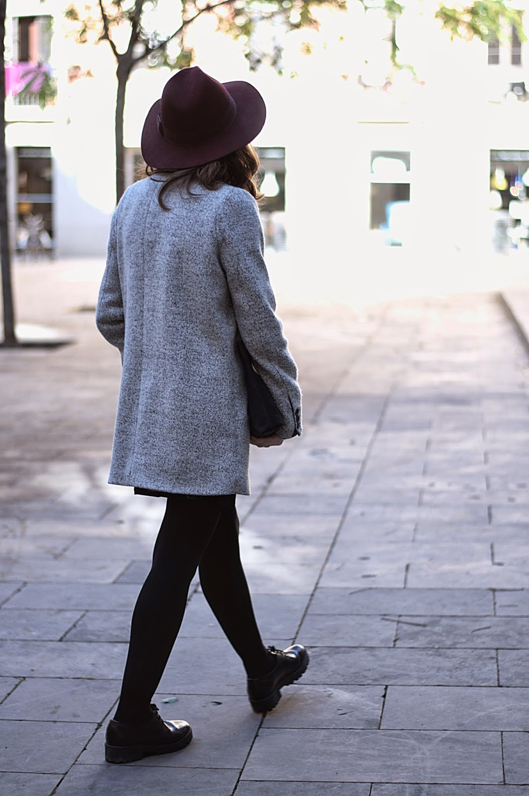 Vestido y clutch vintage, jersey Pull & Bear, sombrero H&M, zapatos Urban Outfitters