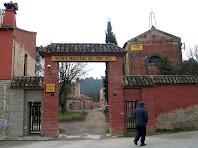El portal d'entrada al recinte industrial de la Fàbrica Vermella