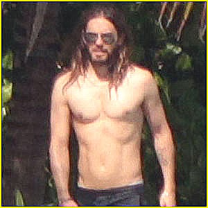 Jared Leto totally nude on a beach - Naked Male celebrities