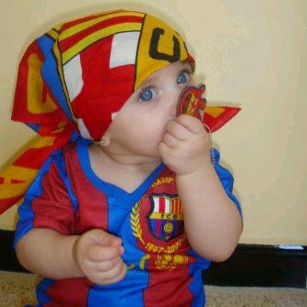 Foto bayi lucu menggemaskan pakai baju barcelona