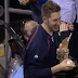 Twins fan catches foul ball while holding ice cream (Video)